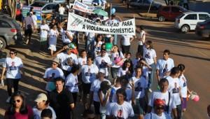 Quase 400 pessoas participaram da passeata contra a violência.