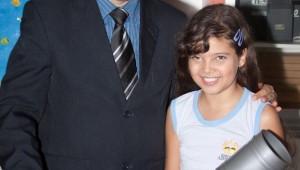 Ketlen Saienny ao lado do diretor da escola: ação concreta ambiental