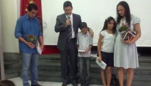 Foi a convite de um amigo que Leonardo Araújo, Priscila Araujo, Kauã e Kailane Araújo, tiveram o interesse em estudar a Bíblia.