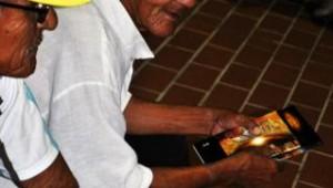 Enquanto aguardavam cerimônia de inauguração, moradores receberam livro A Grande Esperança
