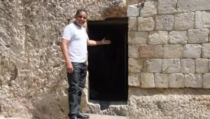 Evangelista em visita a local onde supostamente é a sepultura de Jesus