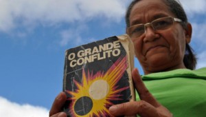 Maria Erineude Candido exibe o exemplar que já emprestou a dezenas de pessoas a fim de que conheçam o Deus que mudou sua vida. Foto: Thais Firmino