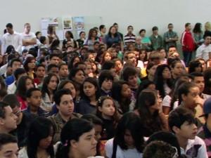 O grande número de adolescentes marca o encontro especial