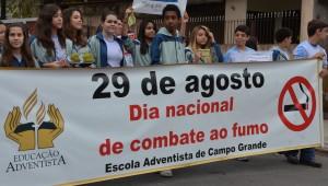 Em dia de combate ao fumo alunos oferecem maçãs a fumantes.