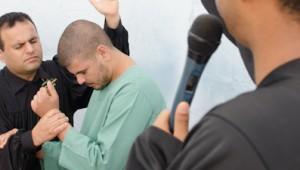 Em meio a muita emoção, presidiários ganham liberdade em Cristo. Fotos: Klayfe Rohden