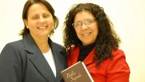 Professora Ray Oliveira (esquerda) e a costureira Valdice Bazzani. Programa do Ministério da Mulher inspirou missionária a realizar um antigo sonho em sua comunidade.