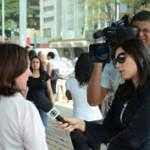 Repórter da TV Globo entrevista Sônia Rigoli, coordenadora do projeto