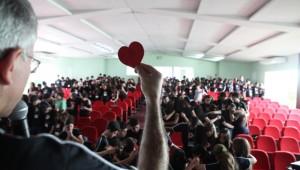 As palestras foram apresentadas pelo palestrante motivacional de adolescentes, Robinson Amorin.