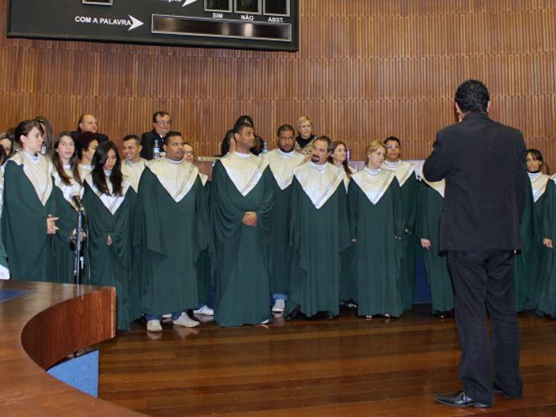 O grupo Pedra Coral se apresentou na sessão solene