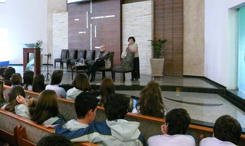 A senhora Miriã relatando a experiência do holocausto