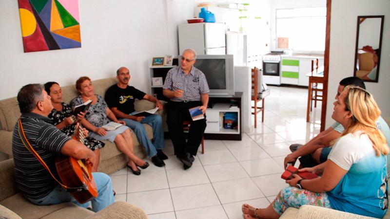 Pequeno Grupo na casa da irmã Jandira com presença do pastor Mário Cardoso