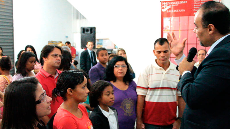 PPastor João Gomes recebendo os visitando na igreja do Jd. Leblon