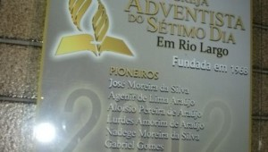 Placa homenageia pioneiros da Igreja de Rio Largo.