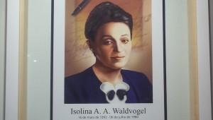 A exposição mostra desde trabalhos profissionais até itens pessoais de Isolina.