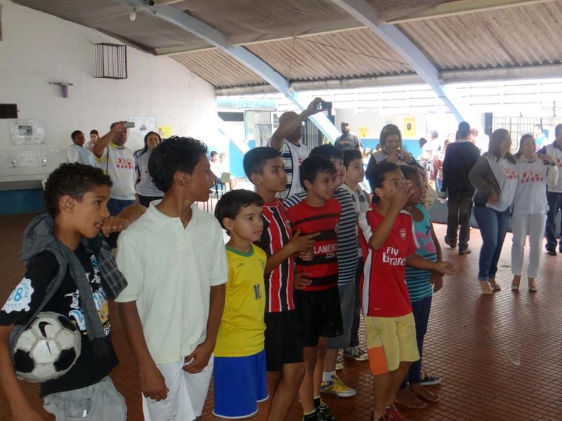 Crianças da escola prestam atenção em atividades com instruções sobre saúde