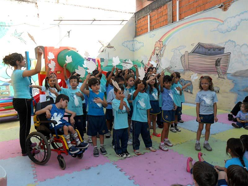 Alunos mostrando o projeto na Educação Infantil da unidade