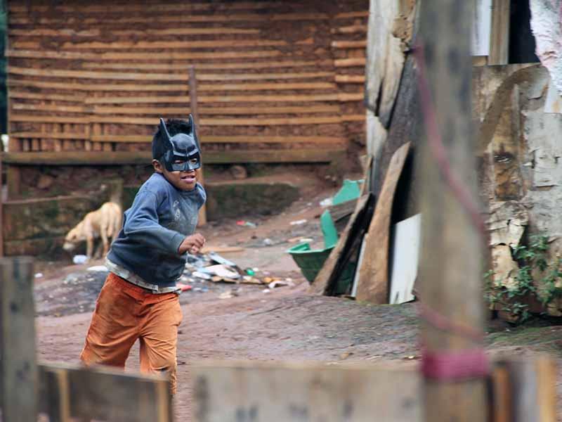 Em meio a tanta confusão as criançås encontram tempo para brincar e se divertir
