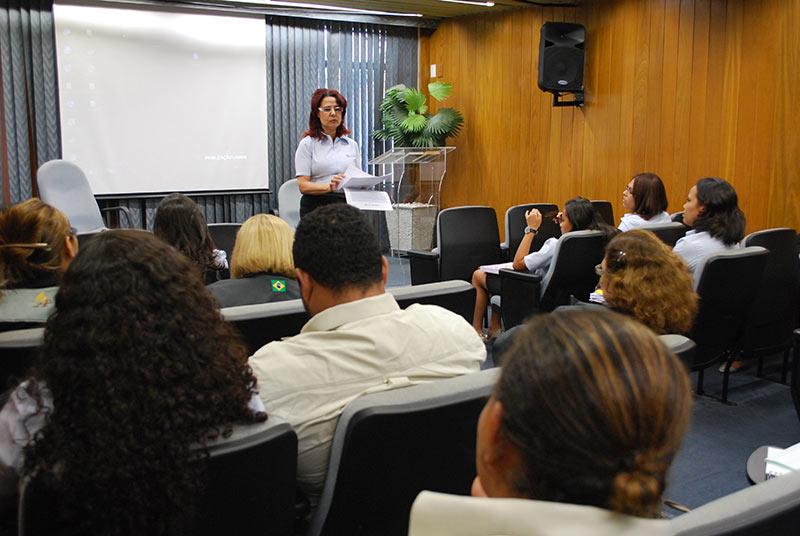Professora Marina falando apra os monitores na sede da Paulistana