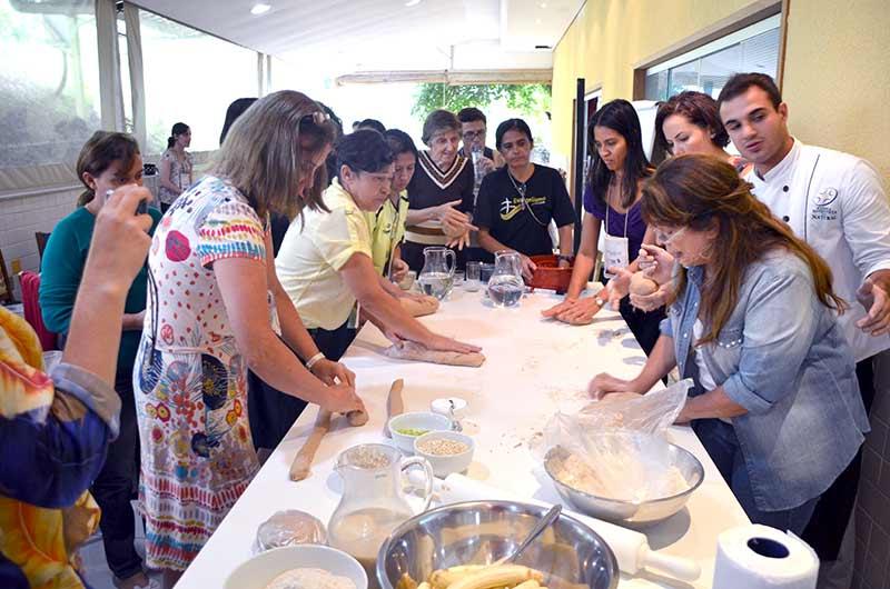 Professa Elisa Biazzi realizando as oficinas de culinária