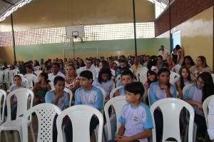 Alunos e pais reunidos no colégio.