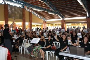 Grupo de servidores da sede sul-americana da Igreja pronto para a distribuição de livros e DVDs.