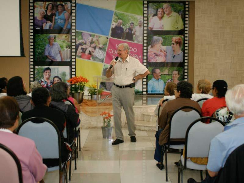 Pastor Sidionil Biazzi falando aos idosos