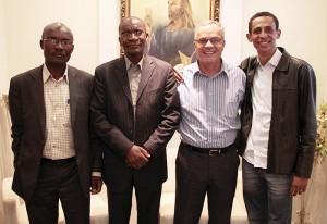 Lideres Adventista da África e o pastor Valmiro Santos reunidos na sede da Paulistana