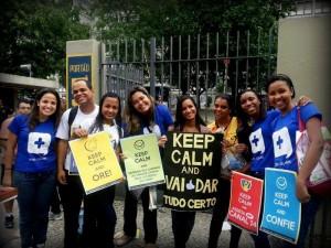 Com camisetas e coletes personalizados, os jovens distribuíram copos de água, canetas e cartões com frases positivas.