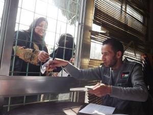 A Agência Adventista de Desenvolvimento e Recursos Assistenciais ajudou refugiados sírios com dinheiro para abrigo na vizinha Jordânia. Aqui, um funcionário da ADRA distribui fundos em outubro. [fotos de cortesia da ADRA Internacional]