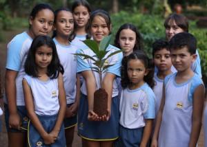 A aluna Alana aprendendo a plantas uma muda