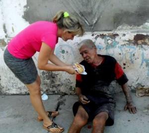 Moradores de rua de Várzea Grande recebem atenção e afeto de jovens adventistas.
