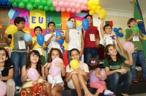 . O objetivo é trabalhar com reciclados, o que garante muita cor e diversão para os pequenos.