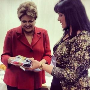 Presidente Dilma Roussef recebe das mão da advogada Cláudia Sarmento livros e DVD's da Igreja Adventista