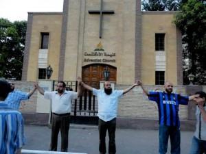Muculmanos-protegem-templo-adventista-durante-manifestacao-no-Egito