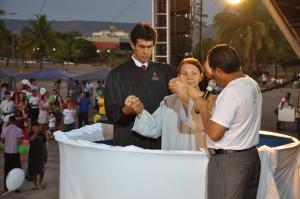 Dona Maria foi batizada pelos pastores Iron Veloso e Luís Gonçalves