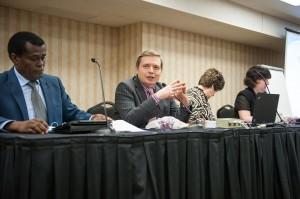 Artur Stele, presidente da Comissão de Estudo da Teologia da Ordenação, da Igreja Adventista do Sétimo Dia, dirige o grupo em 23 de julho perto de Baltimore.