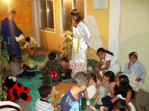 Anjos contaram histórias e fizeram brincadeiras com as crianças.