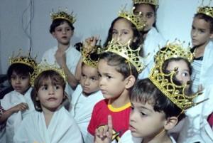 Crianças cantam músicas especiais para os pais
