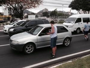 Estudante entrega chá de erva cidreira para motoristas ficaram mais calmos no trânsito de Vitória