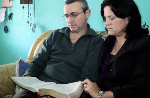 Casal estudando a Bíblia juntos