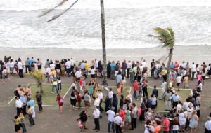 Centenas de pessoas acompanharam o batismo na beira da praia
