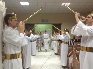 Vestidos de anjos, alguns membros encenaram a entrada na Nova Jerusalém.
