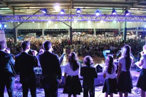 celebracao-iasd-prisma-palco-multidão