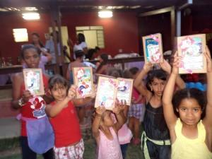 Crianças exibem presentinhos recebidos durante a oficina
