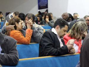 Casais orando