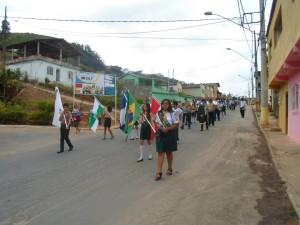 """Em Espera Feliz, desbravadores participam da passeata para divulgar o projeto """"Pra ser feliz."""""""