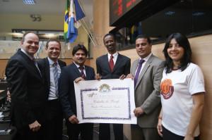 """Pastor Calor Silva (centro) segura título de """"cidadão do Recife"""""""
