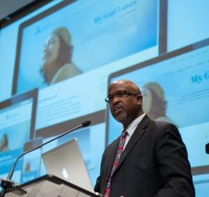 Garrett Caldwell, do Departamento de Comunicação da Igreja mundial, revela o redesenho do Adventist.org aos delegados do Concílio Anual