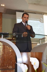 Pastor e doutor em Ministério pela Andrews University, Otoniel de Lima.