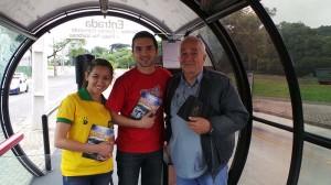 Voluntarios-dedicam-dia-para-presentear-cobradores-de-onibus-com-livros